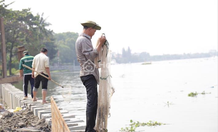 Thả cá tiễn ông Táo: 1 người thả, 3 người bắt