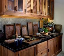 Hệ tủ bếp và khay gỗ