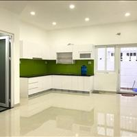 Nhà nội thất cơ bản - 1 trệt 2 lầu có gara ô tô - có 3 phòng ngủ máy lạnh - có hồ bơi và công viên
