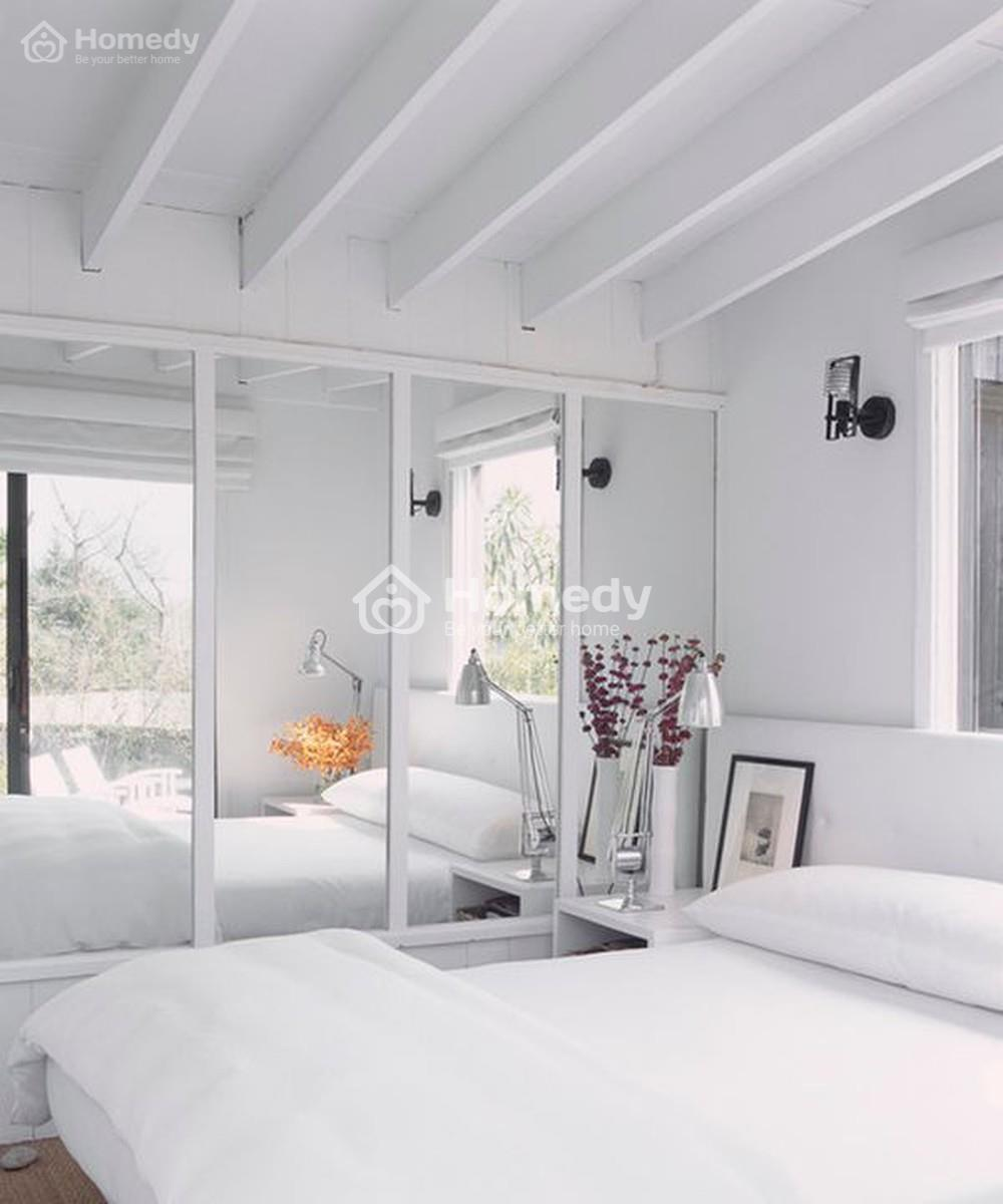 Gương được đặt vị trí phù hợp có thể khiến phòng rộng hơn