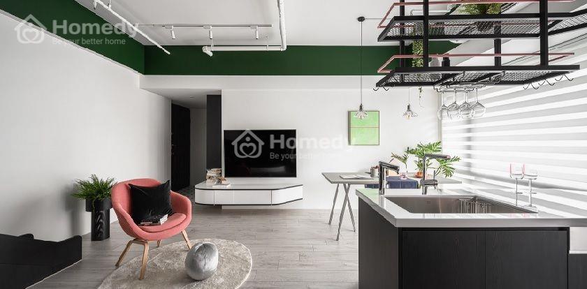 Các gam màu trắng, đen và xanh lá đậm tạo nên phong cách hiện đại, tươi mới cho căn hộ