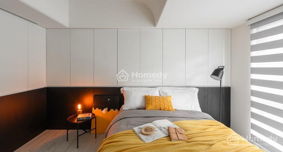 Phòng ngủ lớn ấm cúng khi thêm tông vàng từ chăn gối