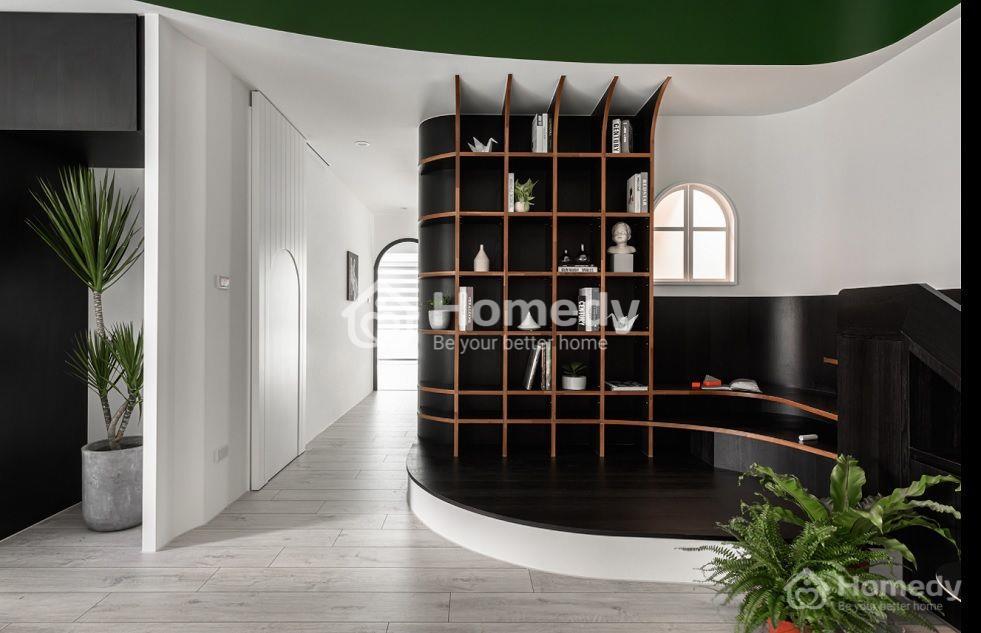 Sử dụng những đường cong mềm mại từ trần nhà, tủ kệ sách và các cánh cửa