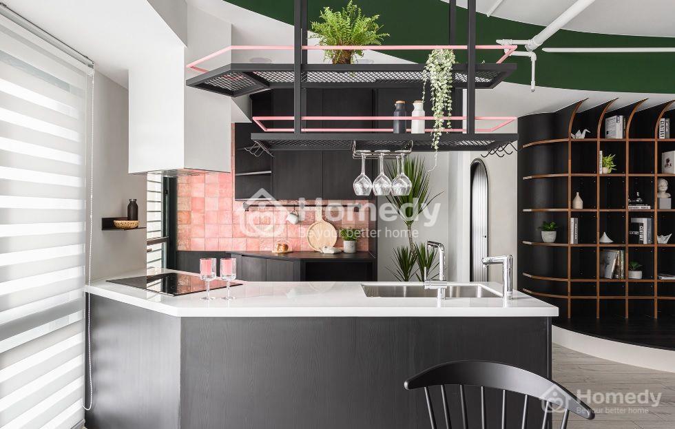 Tủ bếp tông đen sang trọng cùng quầy bar bếp bo góc