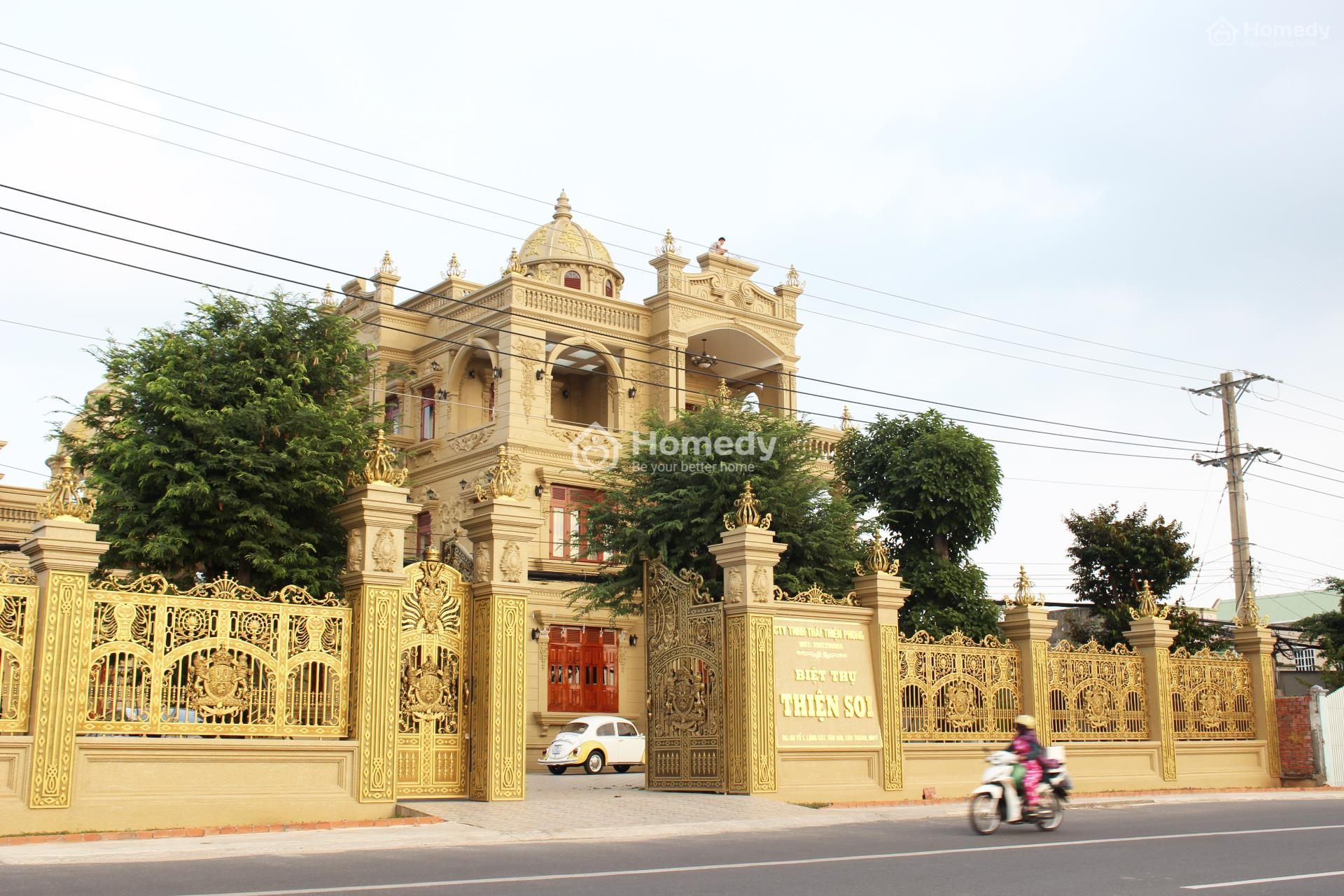 Nếu không tính cửa chính thì toàn bộ căn biệt thự đều được sơn màu vàng