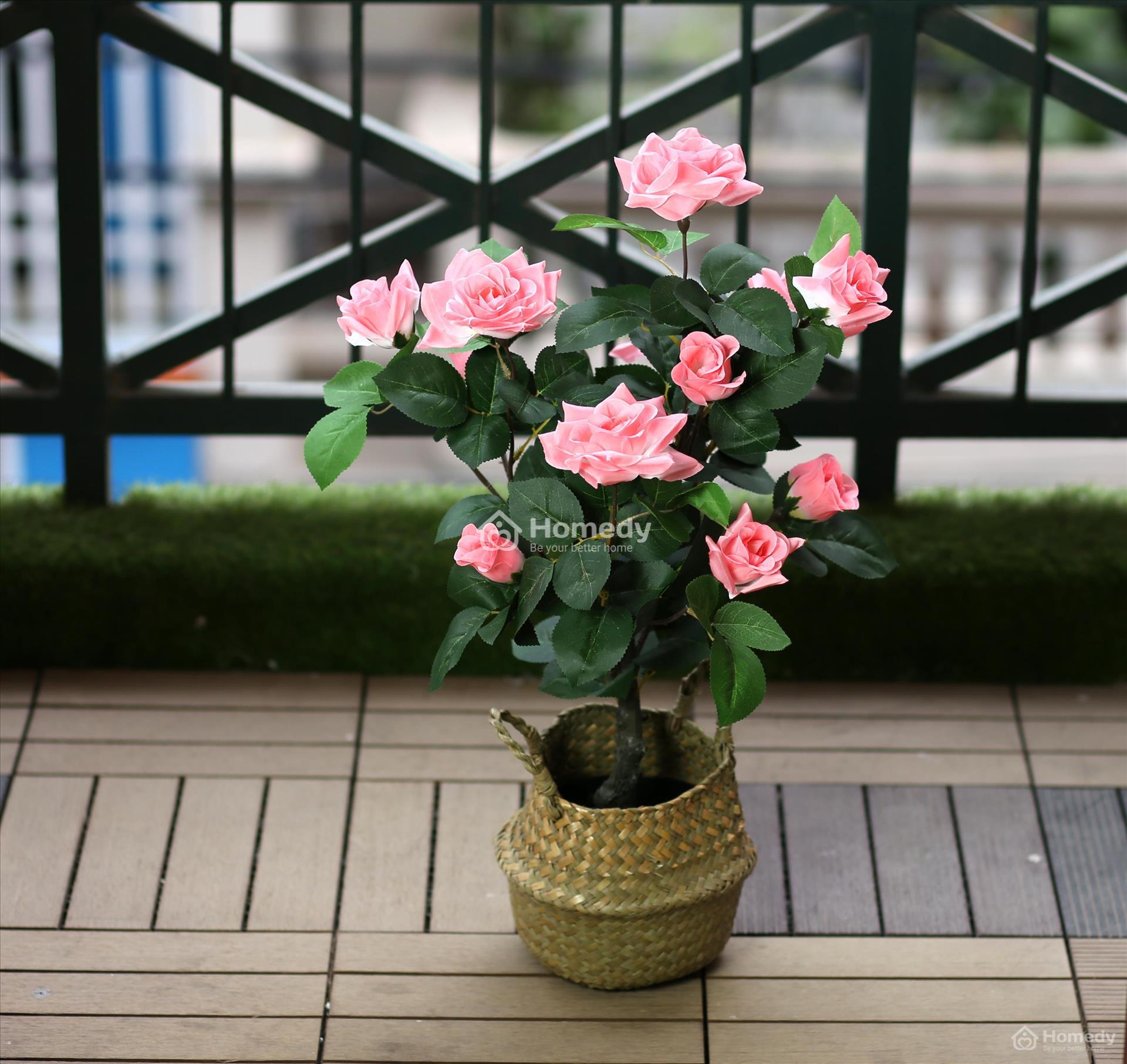 Trang trí hoa phòng khách với hoa hồng