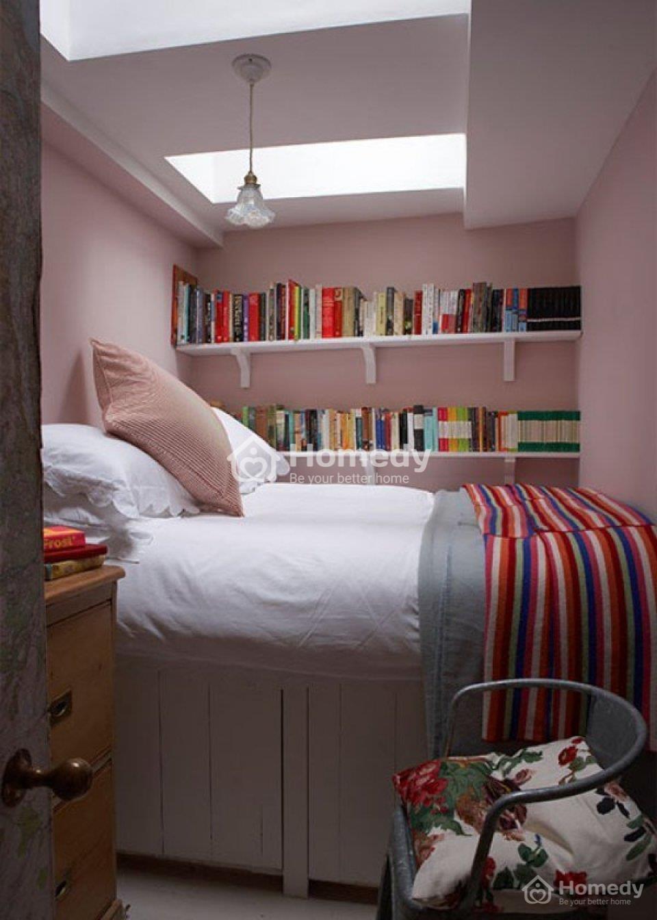 Phòng ngủ không có cửa sổ vẫn sáng sủa nhờ hệ thống đèn LED trên trần