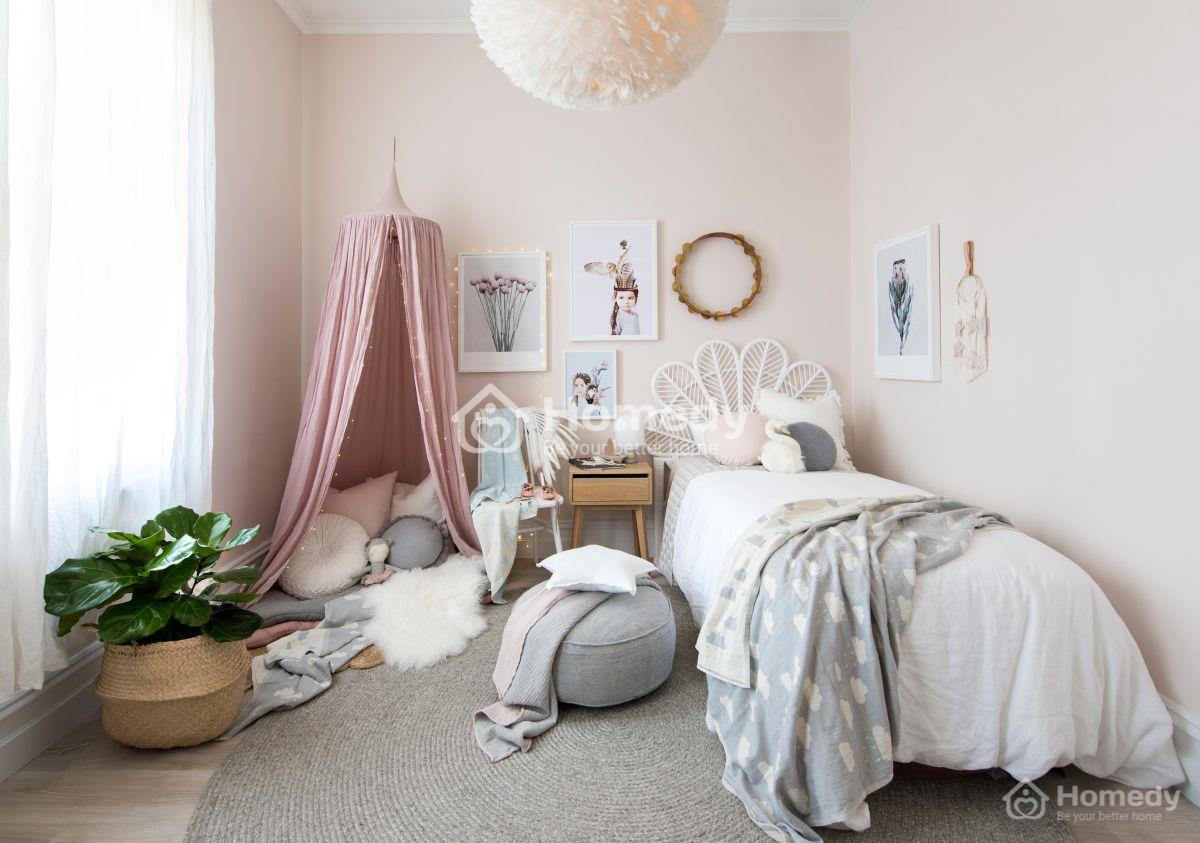 Phòng ngủ thiết kế với phong cách nhẹ nhàng được các bạn nữ yêu chuộng và lựa chọn, đặc biệt là sự kết hợp giữa màu trắng tinh khôi và màu hồng nữ tính.