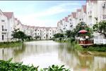 Bao quanh khu biệt thự là dòng sông uốn lượn hết sức ấn tượng và thơ mộng, tạo nên những nét đẹp riêng cho ngôi nhà của bạn.