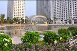 Khuôn viên cây xanh và hồ nước rộng gần 100.000 m2 được thiết kế và bố trí hài hòa trong tổng thể dự án, tạo thành những điểm nhấn riêng biệt, mang tới cho cư dân những không gian xanh mát, thoáng đãng và yên bình.