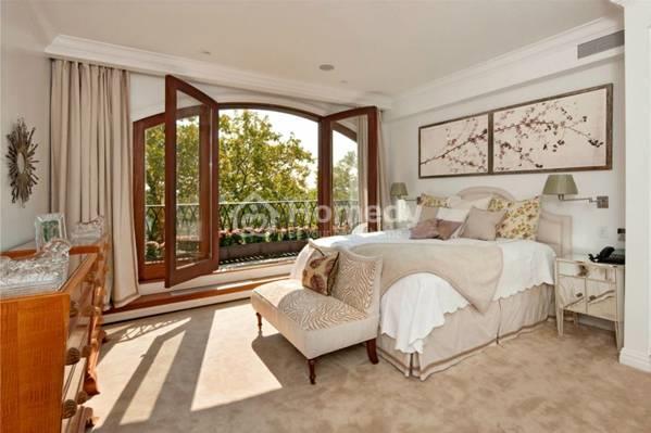 Nếu cửa sổ trong phòng ngủ quá lớn sẽ làm thất thoát khí lành ra bên ngoài, không tốt cho chủ nhân của căn phòng