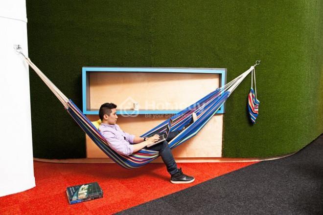 Một vài phút thư giãn trên chiếc võng mắc trong văn phòng