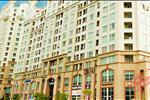 The Manor được xây dựng gồm khu nhà trung tầng và cao tầng, với những căn hộ để ở phía trên, toàn bộ diện tích tầng trệt là trung tâm thương mại với các khu nhà hàng, ăn uống.