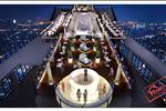 """Nằm trên tầng thượng tòa nhà, hệ thống nhà hàng với không gian ngoài trời đem lại vị trí thưởng thức ẩm thực """"độc nhất vô nhị"""" ở Hà Nội. Do vậy, """"Top of Hanoi"""" của Lotte trở thành nhà hàng ngoài trời cao nhất tại Việt Nam với những dịch vụ cao cấp, sang trọng bậc nhất."""