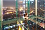 """Ngoài ra, nét độc đáo của tòa nhà này phải kể đến thiết kế đài quan sát Sky Walk - công trình """"đi trên mây"""" đầu tiên tại Châu Á nằm trên tầng 65 của Lotte Center Hà Nội. Tại đài quan sát, mọi người có thể nhìn thấy toàn cảnh thành phố, thậm chí sẽ nhìn thấy cả mặt đất dưới chân mình."""