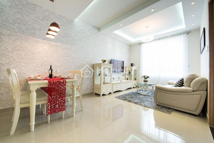 Phòng khách tại The CBD Premium Home được thiết kế hiện đại.