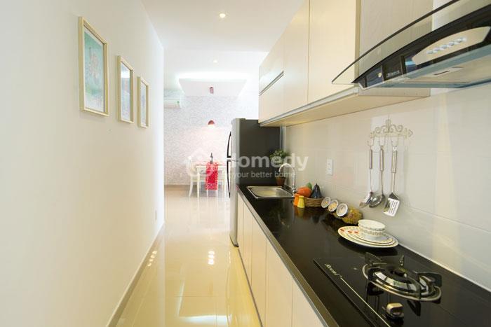 Phòng bếp được thiết kế hướng ngoại tại The CBD Premium Home.