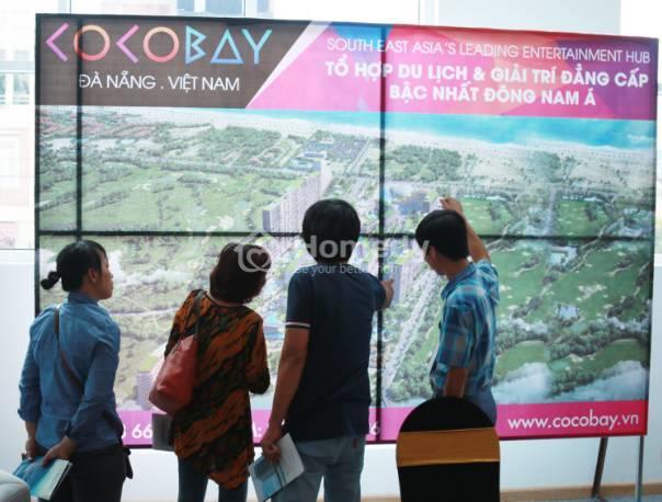 Khách hàng tìm hiểu thông tin dự án Cocobay.