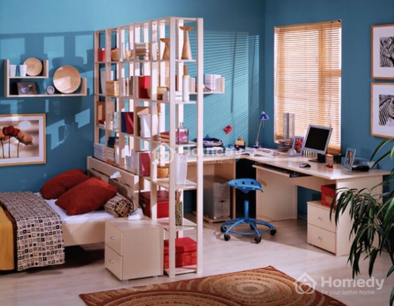 Không gian làm việc và phòng ngủ có thể được ngăn cách bằng giá sách như thế này thay vì một bức tường.