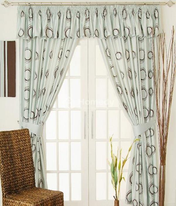 Bạn nên treo chiếc rèm cửa cao lên, điều này tạo ra ảo giác rằng căn phòng của bạn rộng hơn rất nhiều so với thực tế.