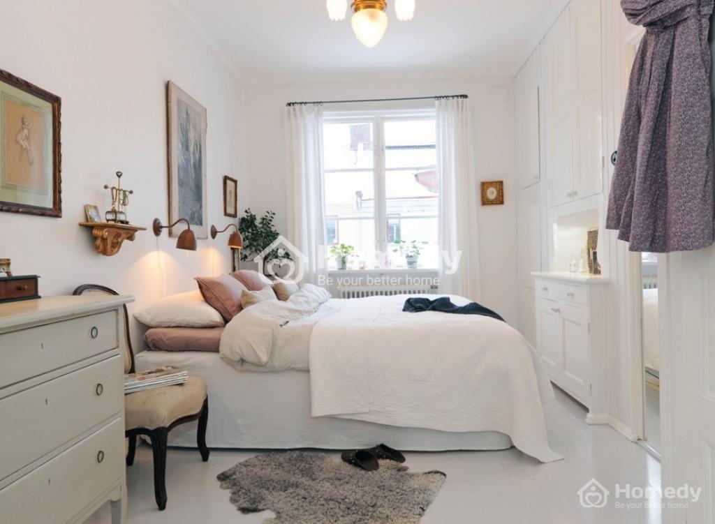 Bạn hãy nhớ rằng, màu sơn sáng sẽ khiến không gian trông lớn hơn so với màu tối. Bởi vậy, bạn nên dùng màu trắng, kem hoặc pastel, tạo sự thoáng đãng cho căn phòng.