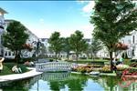 Khuôn viên cây xanh và hồ nước tại khu đô thị Louis City Đại Mỗ không chỉ góp phần tô điểm cảnh quan mà còn mang đến cho cư dân một môi trường sống lành mạnh, gắn bó với thiên nhiên.