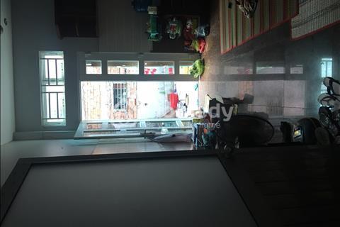 Phòng lớn sạch đẹp thoáng mát có tủ bếp nấu ăn