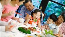 Để trẻ không bị ngộ độc thức ăn ngày Tết, bố mẹ cần lưu ý điều gì?