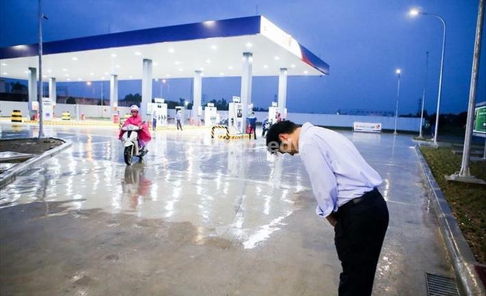 Giám đốc cây xăng Nhật đội mưa đón khách và bài học cho thị trường bất động sản