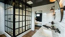 """Lắp khung đen cho phòng tắm - Xu hướng nội thất hứa hẹn """"gây bão"""" năm 2017"""